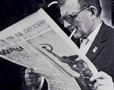 Shosta lendo as novidades