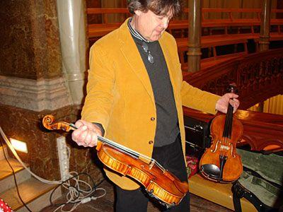 Bernt Lysell durante uma gravação, comparando um Stradivarius com um violino moderno. O Stradi é o que está na sua mão esquerda.