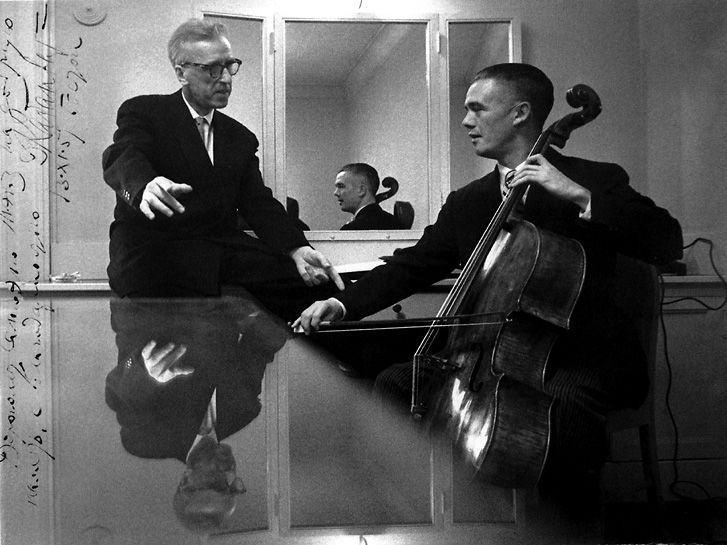 Kabalevsky ensina ao celista Samuel Mayes o que ele deve fazer para ser feliz (foto de 1961)