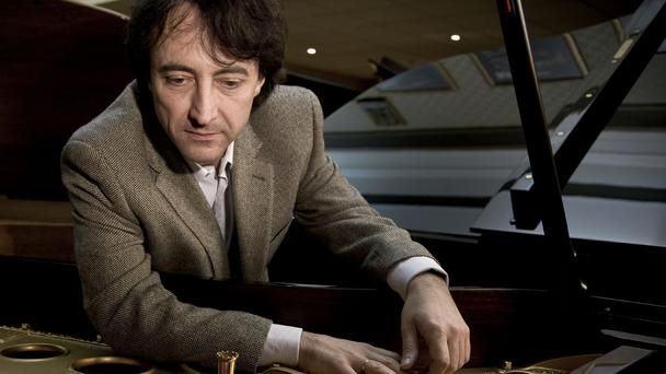 Jean-Efflam Bavouzet observa seu piano: funciona bem