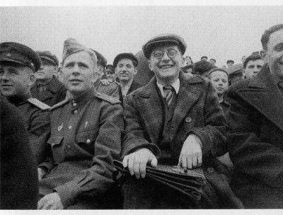 Shostakovich assistindo a um jogo do seu time, o Zenit