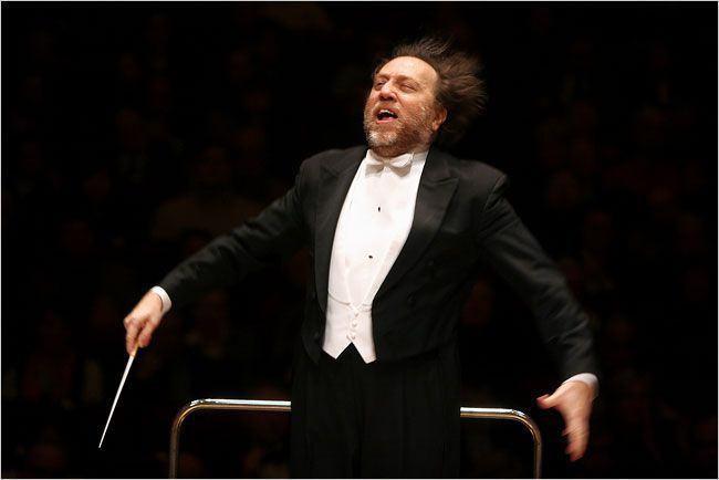 Riccardo Chailly recebendo o bafo da orquestra
