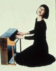 Margaret Leng Tan e um de seus pianos de brinquedo