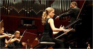Além de gatinha, multilíngue e excelente violinista, Julia Fischer ainda é ótima pianista - ei-la aqui a tocar Grieg numa gravação que, algum dia, postaremos aqui. Como prova cabal de que perfeição não existe, a linda moça é muito bem casada.