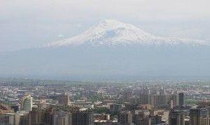 O sagrado Monte Ararat, visto da capital Yerevan. Símbolo onipresente da Armênia, da mitologia ao brasão de armas, ergue-se de forma imponente e melancólica desde... o território da arqui-inimiga Turquia (foto do autor)
