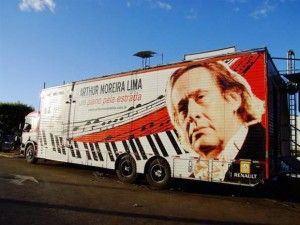 O caminhão-teatro, rumo a algum cantinho recôndito de Pindorama