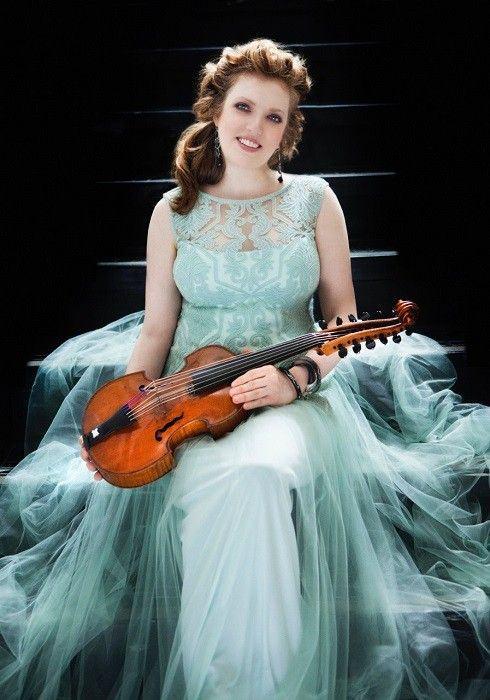 """Rachel e seu instrumento: """"amore"""" antigo."""