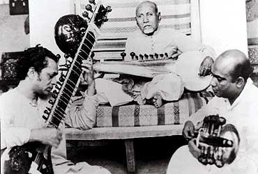 Shankar e Ali Akbar sob o olhar suserano do guru Allauddin Khan