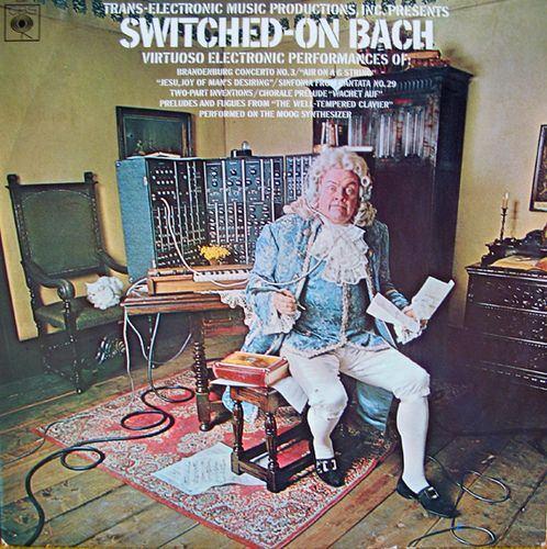 """A expectativa sobre """"Switched-on Bach"""" era tão pequena que a Columbia aprovou uma capa que deixou Carlos indignada: um Bach rubicundo e caricato a ouvir, com expressão chocada ou indignada, algo com fones de ouvidos conectados à ENTRADA, e não à saída, de um sintetizador Moog. Com o LP rapidamente esgotado, Carlos conseguiu colocar nas novas tiragens uma capa diferente, com Bach em pé e olhar menos esdrúxulo."""