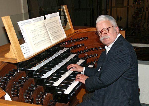 Quero ver ele é num teclado de computador, escrevendo uma matéria sobre o Eduardo Cunha