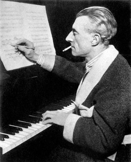 Ravel equilibrando-se entre a cinza do cigarro e as notas.