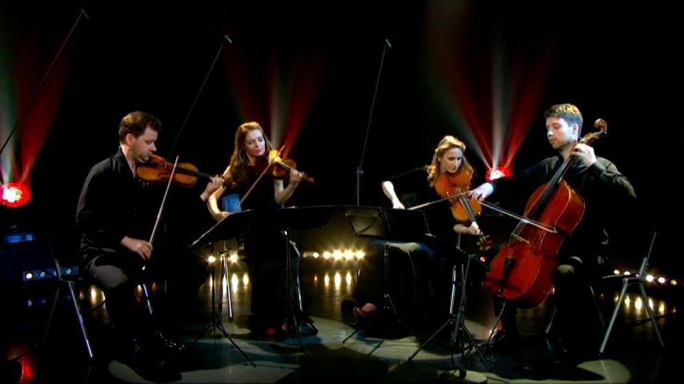 O primeiro violinista é casado com a violista. E parece que o violoncelista namora o segundo violino. Confusão à vista.
