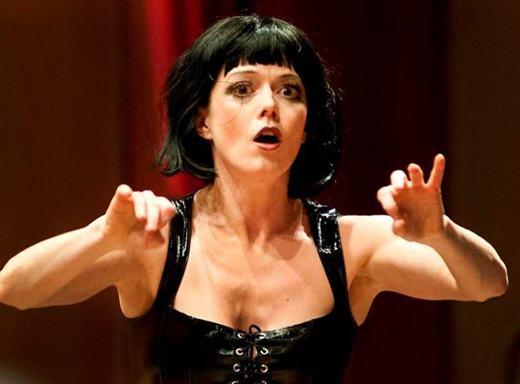 Hannigan em Lulu. Além de cantar tudo o que canta, ela costuma também aparecer como maestrina.