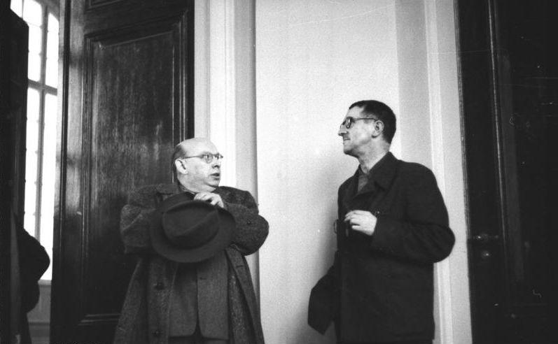 Berlin Sitzung des vorbereitenden Ausschusses der Akademie der Künste der DDR, am 21.03.1950 an der der Schriftsteller, Dichter und Regisseur Bertold Brecht (rechts) und der Komponist Hanns Eisler teilnahm. U.B.z.: den Dichter und Regisseur Bertolt Brecht und den Komponisten Hanns Eisler.