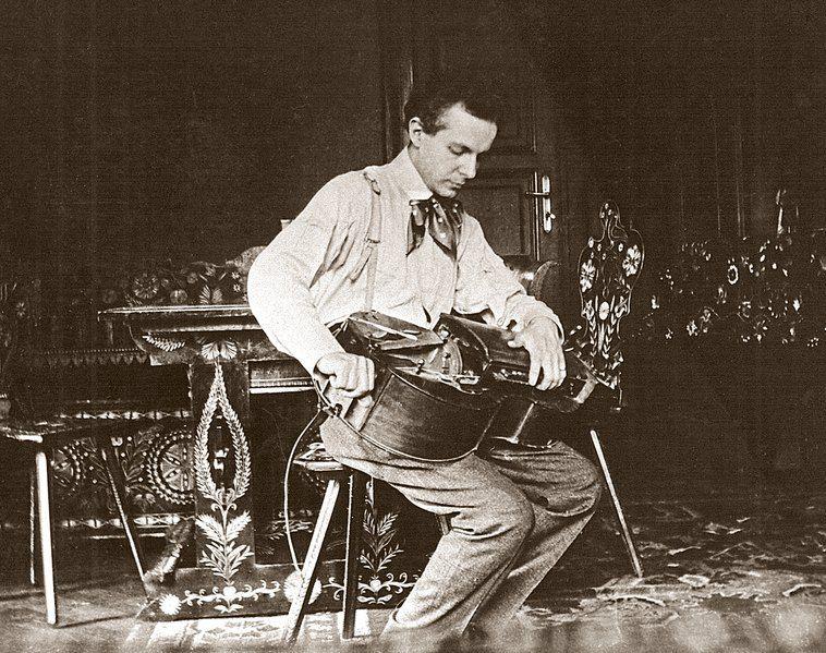 Bartók brinca com um hurdy gurdy.