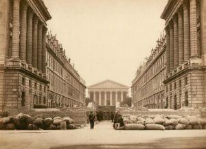 Barricada na comuna de Paris em 1871. Ao fundo, La Madeleine, onde Saint-Saëns era organista titular nessa época.