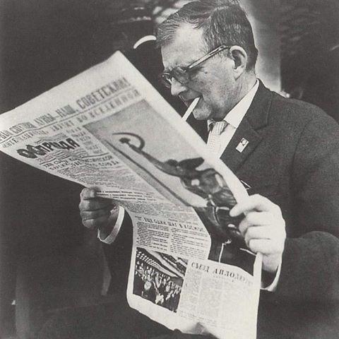 Shostakovich lendo o Pravda