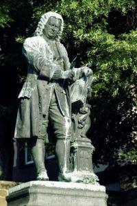 Estátua de Bach e seus belos cachos em sua cidade natal