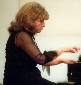 Idil Biret tem mais de 3 milhões de CD's vendidos. A maioria provavelmente de Chopin e Rachmaninoff
